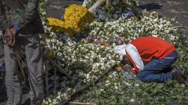 Un parente di una vittima piange dopo il disastro aereo del Boeing 737 Max 8 (Ansa)