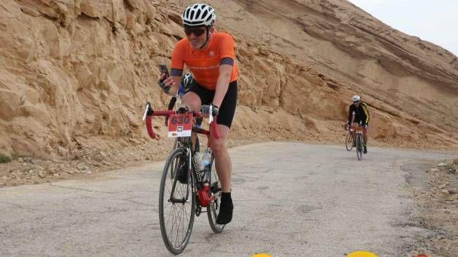 Il valtellinese Pietro Illarietti impegnato a pedalare nel deserto israeliano, dove è ritornato per il terzo anno