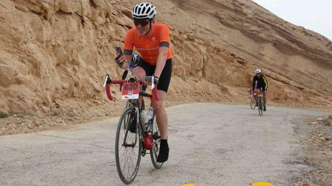 80e66d448d7e Il valtellinese Pietro Illarietti impegnato a pedalare nel deserto  israeliano, dove è ritornato per il