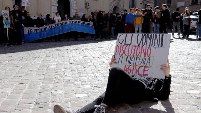 Studenti e professori si stendono, come morti, coperti solo dai propri cartelli