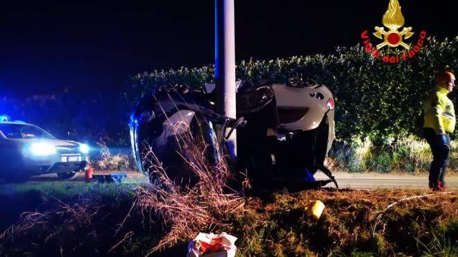 Tragico incidente a Calvagese della Riviera, l'auto finita contro il palo della luce