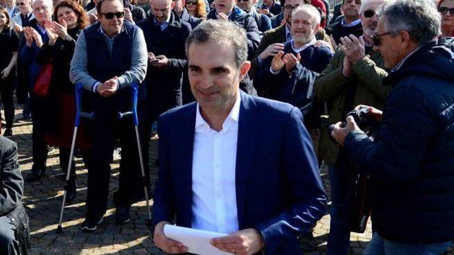 Aldo Modonesi sale sul palco di Wunderkammer per la presentazione della candidatura