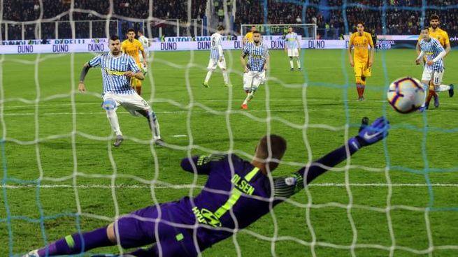 Petagna realizza la rete della vittoria (foto Lapresse)