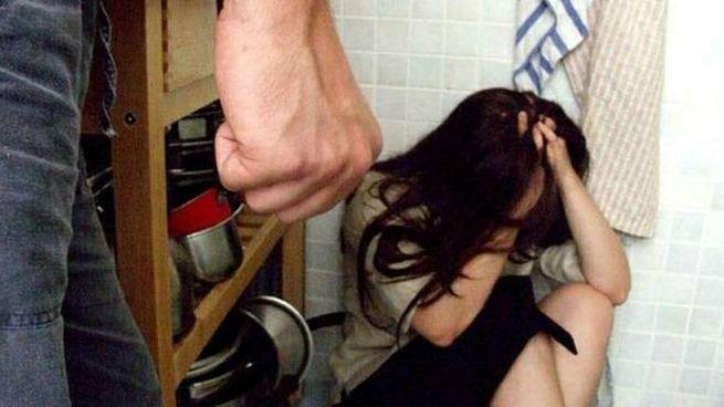 L'uomo ha picchiato e minacciato la donna che teneva il figlio neonato in braccio