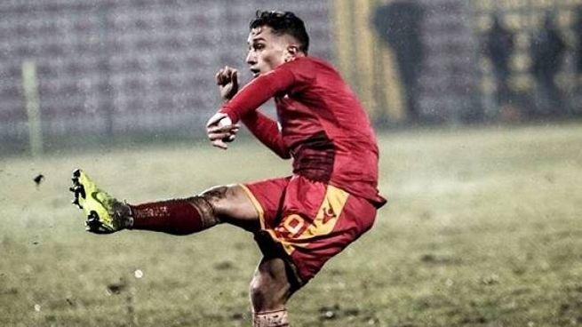 Salvatore Esposito, classe 2000, al 2° gol stagionale su punizione ha deciso il derby