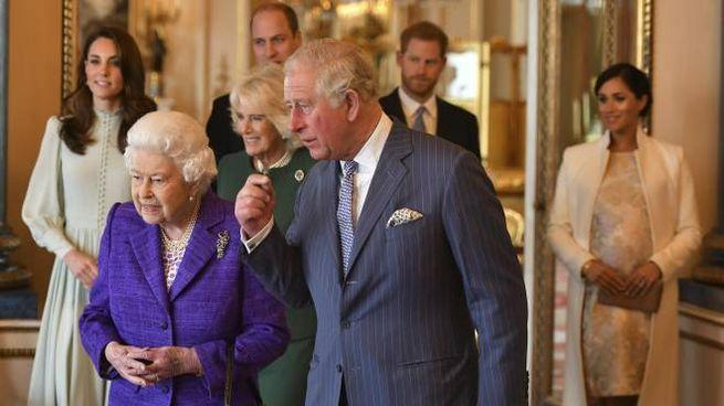 Il principe Carlo con la regina Elisabetta (Ansa)