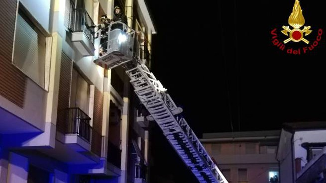 I vigili del fuoco intervengono per l'incendio di una lavatrice