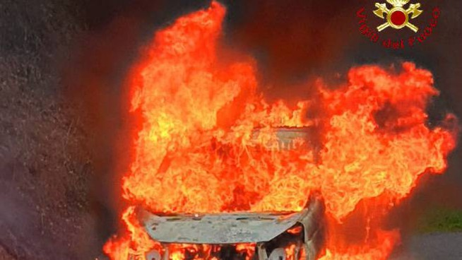 Grosseto, furgone a fuoco sulla provinciale Scansanese