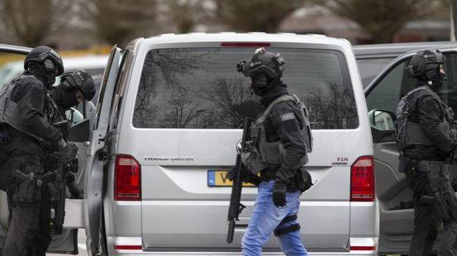 Polizia olandese a Utrecht dopo la sparatoria sul tram (Ansa)