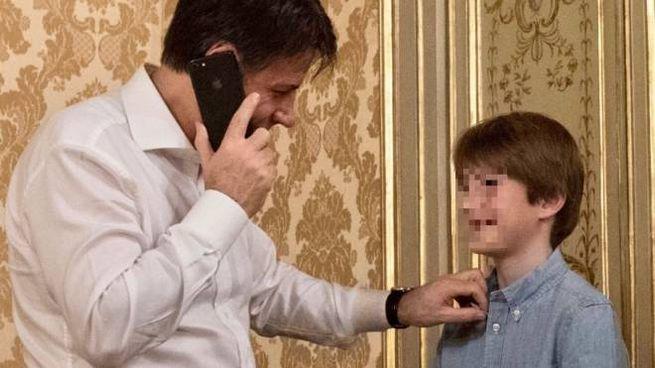 Conte al telefono sorride al figlio (Twitter)