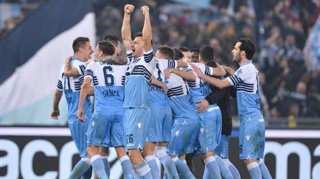 I giocatori della Lazio esultano dopo un gol