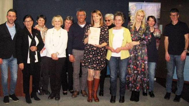 Foto di gruppo per i numerosi partecipanti al riuscito concorso di poesia dialettale a Sondalo