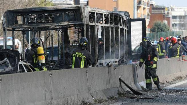 L'autobus incendiato sulla Paullese