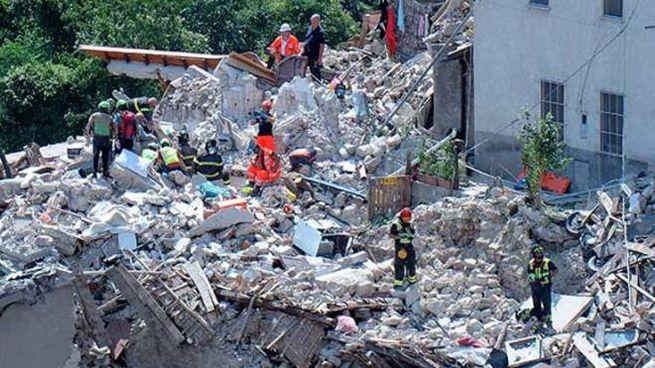La casa distrutta dal terremoto, soccorritori in campo