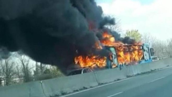 Il bus in fiamme (Facebook Marco Cella / Ansa)