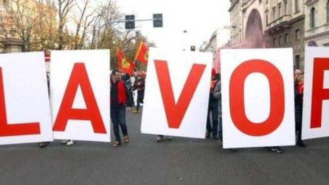 Una protesta per le strade di Milano per chiedere il rispetto dei diritti dei lavoratori e investimenti per il rilancio dell'economia