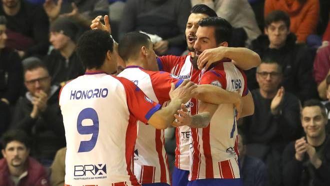 L'Italservice Pesaro festeggia un gol (Fotoprint)