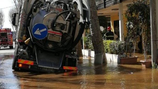 L'asfalto ha ceduto sotto il peso del camion che trasportava 4mila litri di liquami
