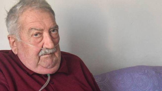 Angelo Spigarolo nella sua abitazione dove è costretto a vivere con la bombola dell'ossigeno