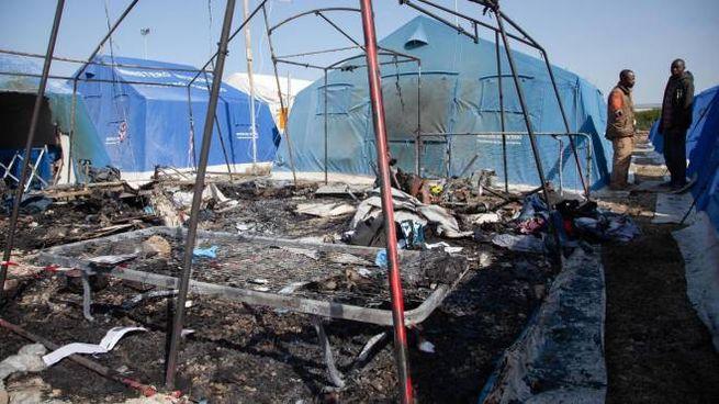 San Ferdinando, la tenda distrutta dalle fiamme dove è morto un bracciante (Ansa)