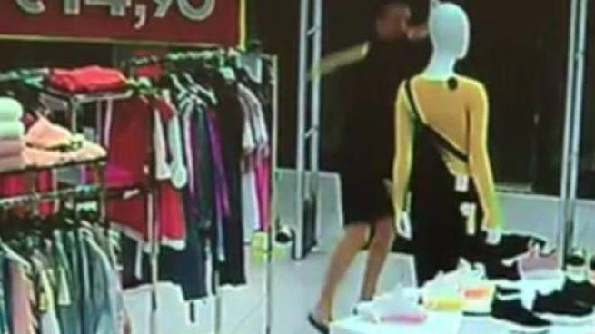 Lo stalker ripreso dalle telecamere mentre rompe un manichino