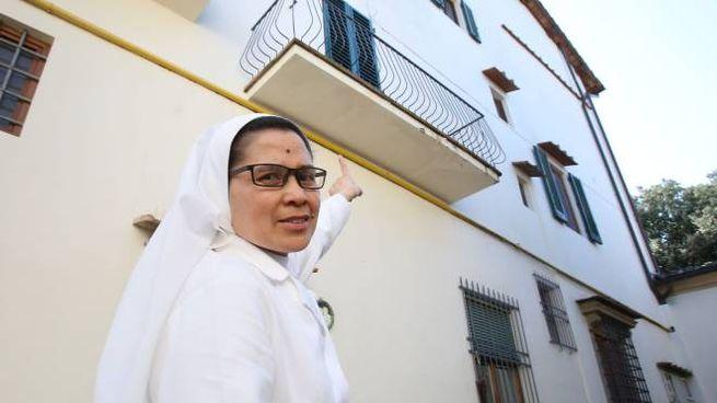Una suora francescana indica il balcone da cui i ladri sono entrati nella costruzione
