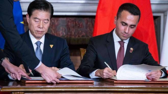 Il ministro del commercio cinese Zhong Shan con Luigi DI Maio (ImagoE)