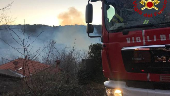 Le fiamme vicino all'abitazione (foto Vigili del Fuoco)