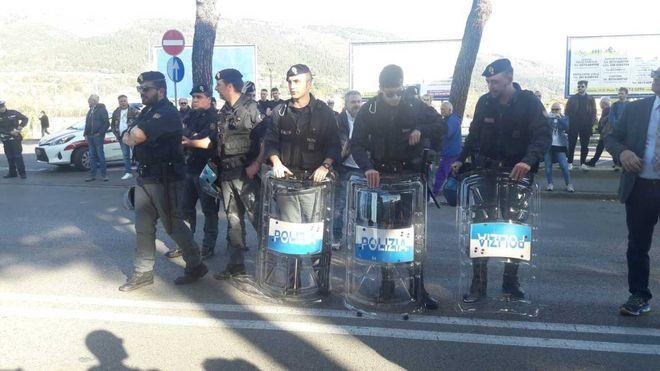 Forza Nuova sfila nonostante il divieto. Folla alla contromanifestazione
