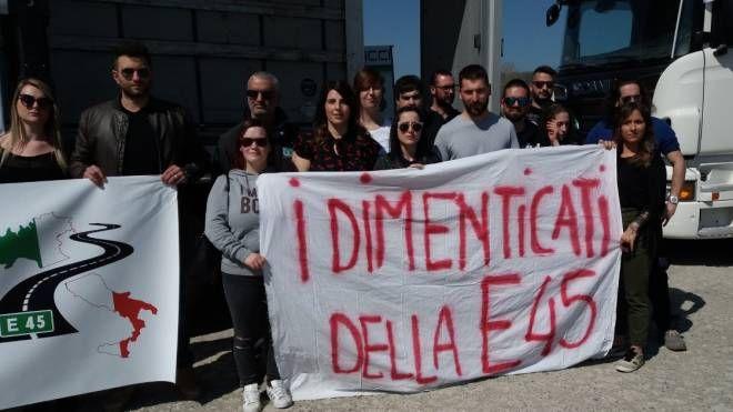 Il comitato  dei lavoratori 'I dimenticati  della E45', ieri alla manifestazion