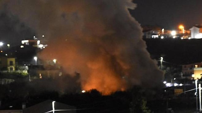 Le fiamme e il fumo che si levano dalla villetta esplosa a Frascati (Ansa)