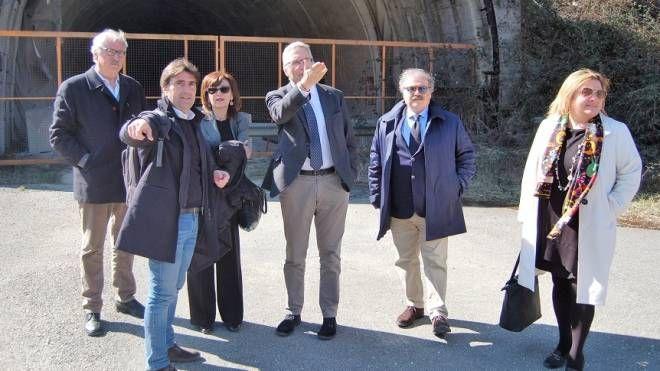 Gli amministratori davanti al tunnel, tra cui Ceriscioli, Biancani e Loretta Bravi