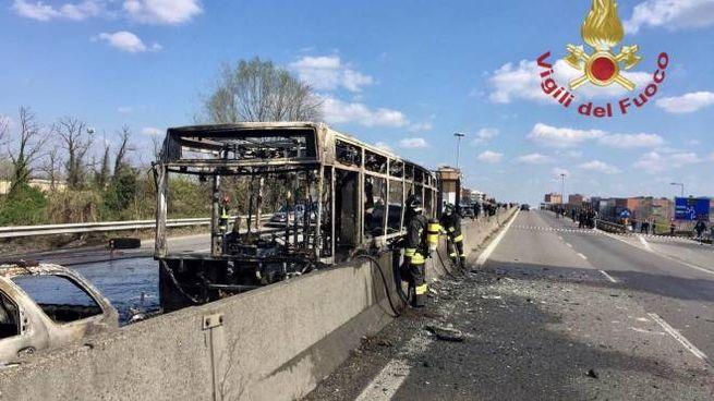 Bus dirottato e incendiato a San Donato Milanese (Ansa)