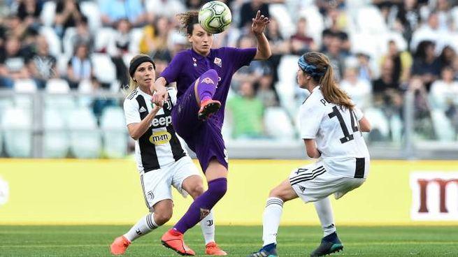 Ilaria Mauro tra due bianconere durante Juventus-Fiorentina