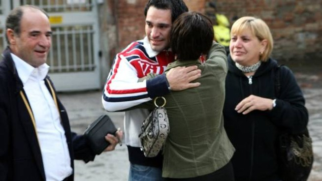A sinistra Natale Liggi con il figlio Ivan il giorno dell'uscita dal carcere