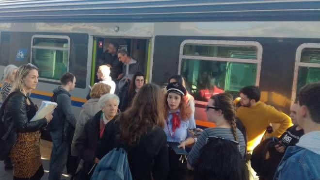 Passeggeri bloccati in stazione (foto Franceschetti)