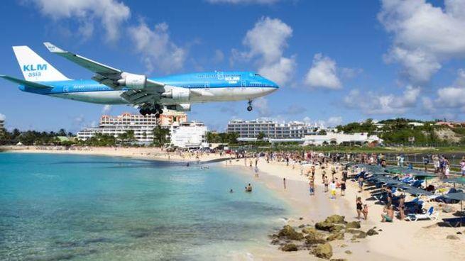 Un aereo in arrivo all'aeroporto dell'isola di Sint Marteen
