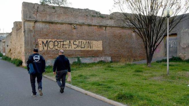 La scritta sulle mura lorenesi (Foto Lanari)