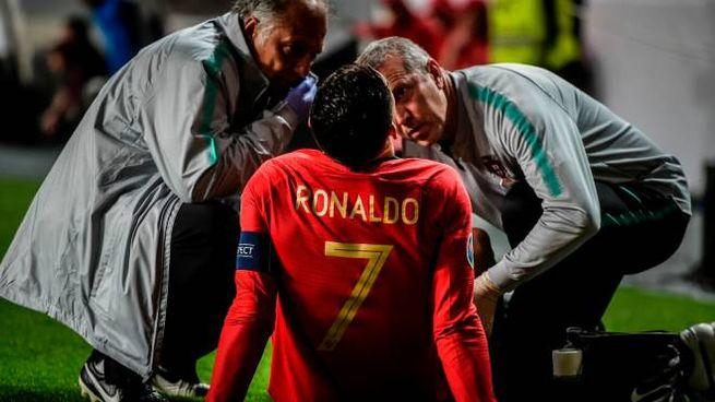 Ronaldo a terra dopo il problema muscolare accusato nel corso di Portogallo-Serbia