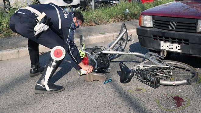 Un agente della polizia municipale durante i rilievi dell'incidente