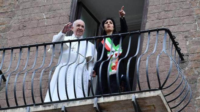 Papa Francesco e Virginia Raggi dal balcone in Campidoglio (Ansa)