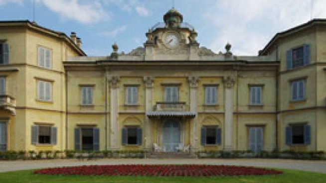 Sopra Villa Spalletti; sotto il sindaco di Casalgrande Vaccari e il casting che si è tenuto ieri al Tecnopolo