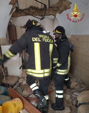 Vigili del fuoco in azione nelle palazzine