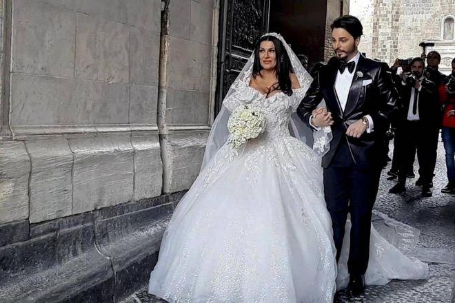 Napoli, matrimonio trash tra vedova del boss e neomelodico Tony Colombo. Il Comune insorge