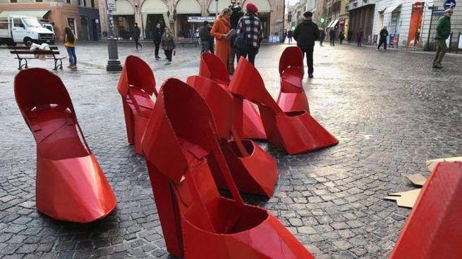 Scarpette rosse contro la violenza sulle donne (foto di repertorio)