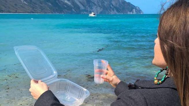 Scatole e bicchieri di plastica presto off limits a Portonovo