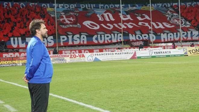 L'allenatore del Pisa Luca D'Angelo e, alle spalle, una coreografia della Curva Nord