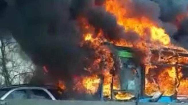 Il bus incendiato dopo che tutti erano fuggiti