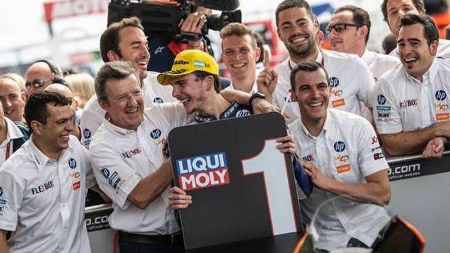ESULTANZA Il centauro Lorenzo Baldassarri festeggia la vittoria in Argentina con il suo team e adesso guida la classifica della Moto2