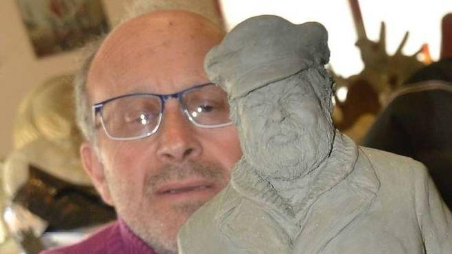Fabrizio Galli con il modellino della scultura di Bud Spencer